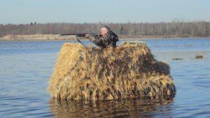 Охотник в лодке со щитом