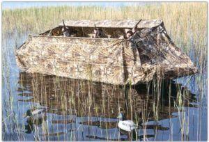 Замаскированная лодка для охоты на утку