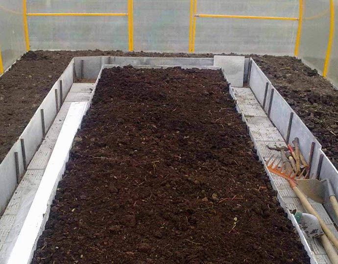 Удобрение почвы в теплице перегноем насыщает землю