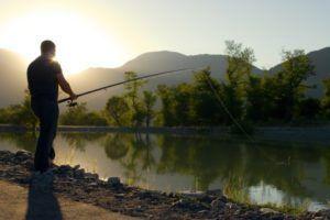 Любительская рыбалка подразумевает отдых на берегу тихого озера или реки