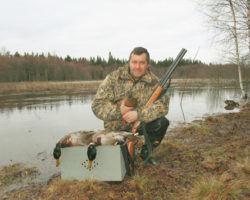 Охотник с добычей и подсадной уткой