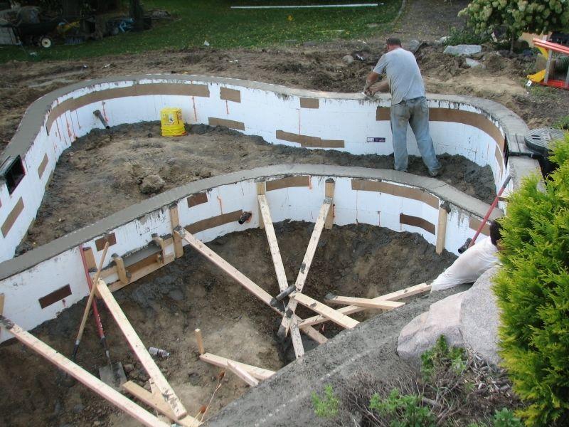 Заливка бетонных стен искуственного водоёма